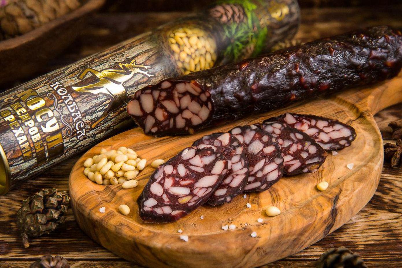 Колбаса из мяса Косули с кедровыми орехами в подарочной упаковке (тубус)